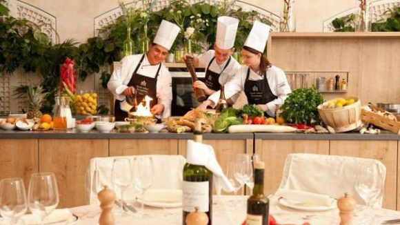 In der neuen Showküche des Grandhotel Adlon bringen Profis den Gästen das Kochen bei.