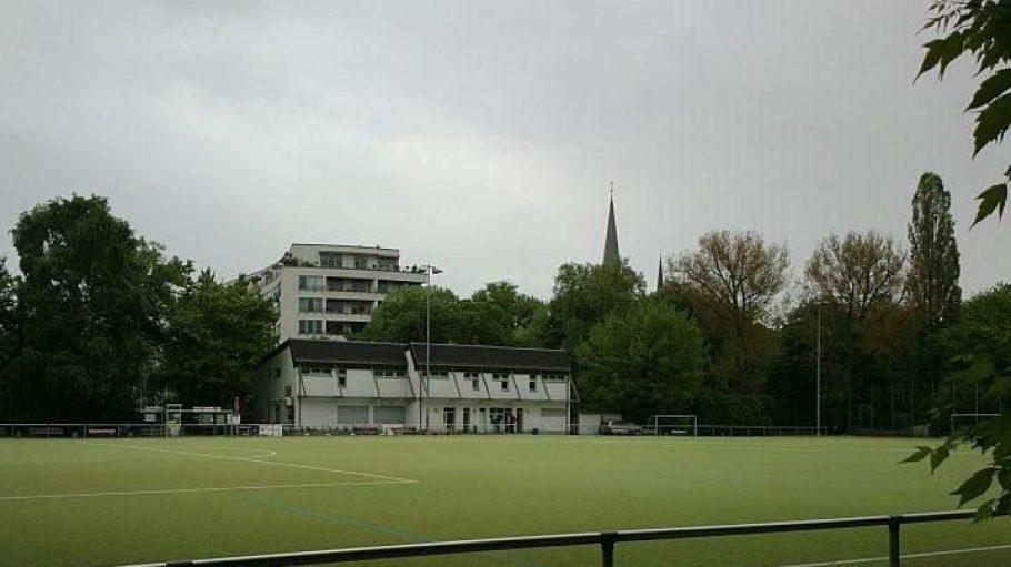Der gepflegte Kunstrasenplatz wird hauptsächlich vom 1.FC Wilmersdorf genutzt; die zu verpachtende Gaststätte ist in einem funktionalen Neubau untergebracht.