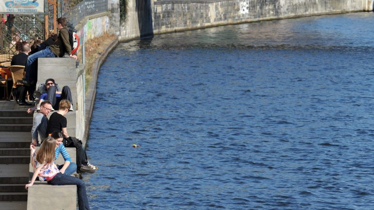 Frühlingserwachen am Spreeufer. Doch die Idylle ist trügerisch, der Fluss muss um sein Gleichgewicht kämpfen.