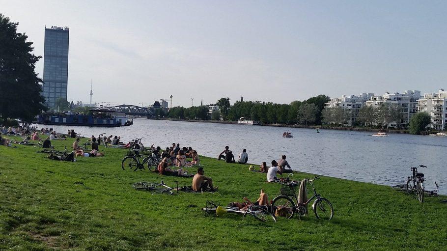 Gerade auf den Wiesen entlang der Berliner Gewässer bleibt viel Müll liegen.