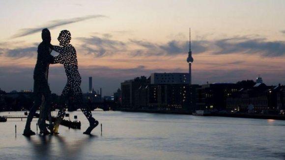 Der Grenzsteg am Osthafen liegt zwischen der Lohmühleninsel und der Molecule-Men-Skulptur.