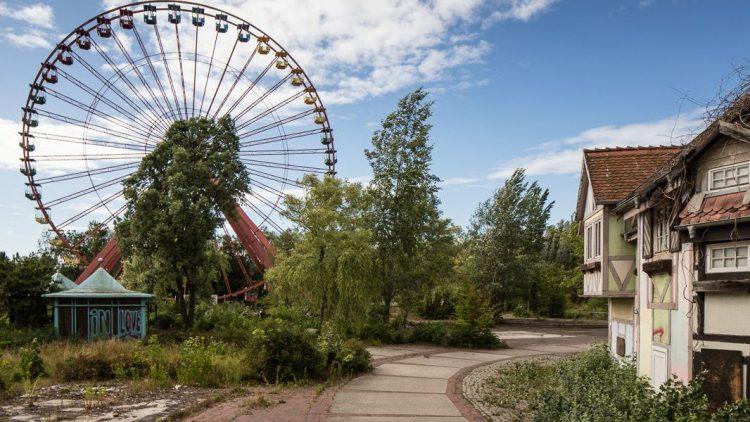 Einige Häuser vom Englischen Dorf, ein kleiner Pavillon und das Riesenrad sind Rudimente des Freizeitparks im Plänterwald.