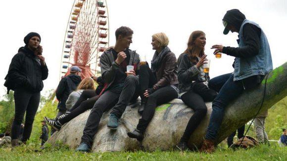 Auf dem Dino sitzen und aufs Riesenrad gucken: So wie auf dem The XX-Festival vor zwei Jahren, nur mit mehr Sonne und Kultur, darf man sich das vorstellen, was in diesem Sommer im Spreepark passiert. Am Freitag kannst du bei der Auftaktveranstaltung dabei sein.