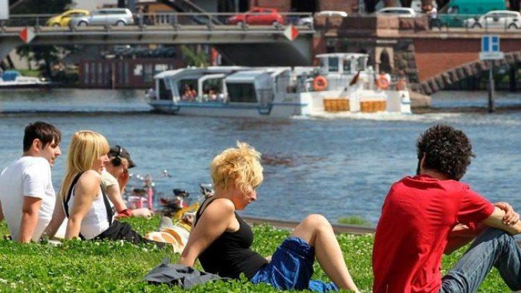 """Das Festival """"Unter den Bäumen"""" lädt am Sonntag zum Chillen am Spreeufer ein."""