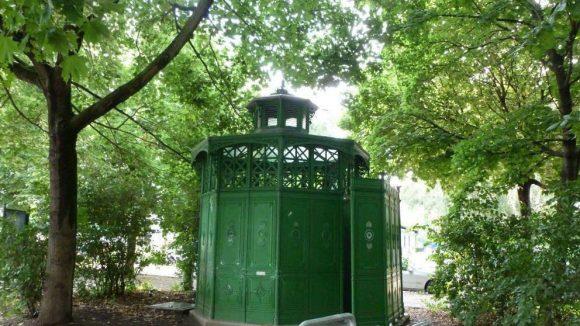 """Ein typisches """"Café Achteck"""", also ein Toilettenhäuschen von früher, ist ebenfalls noch erhalten."""