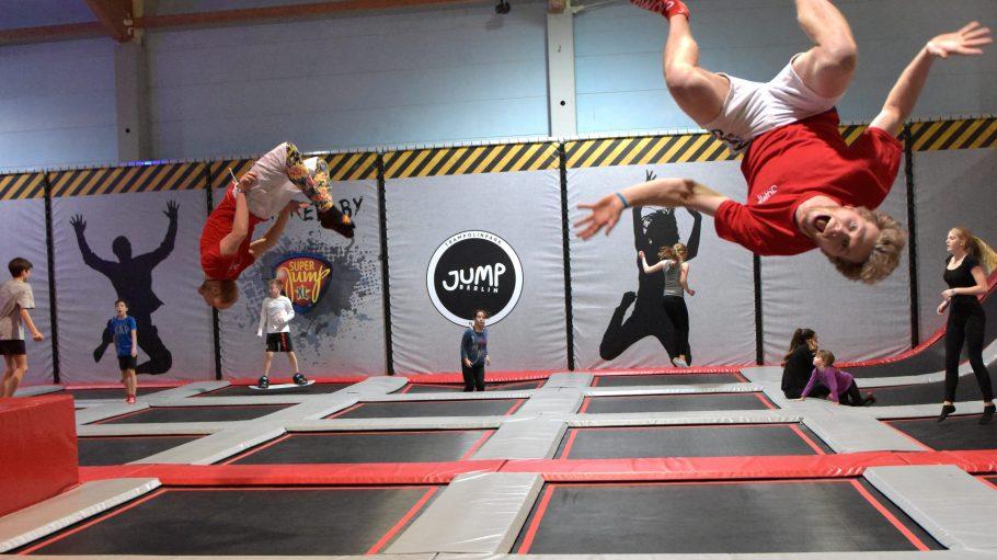 Schweißtreibende Luftakrobatik: Im Jump berlin kannst du die Grundlagen des Trampolinspringens und richtige Falltechniken lernen.