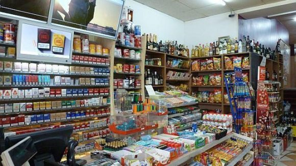 Spätshops wie dieser Laden in der Karl-Marx-Straße könnten unter einem nächtlichen Verkaufsverbot von Alkohol leiden.