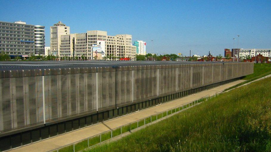 Außenansicht der Westseite: die Schwimmhalle am Velodrom.