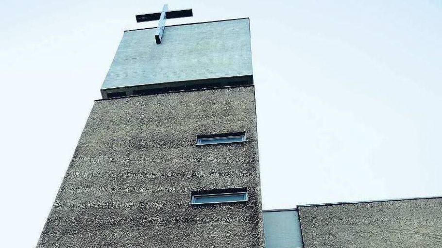 Ende der 60er Jahre erbaut und nahezu unbekannt, erfährt die St. Agnes Kirche in Kreuzberg dank Johann König eine neue Bestimmung.