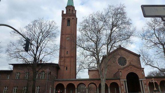 Die St. Johanniskirche von Karl Friedrich Schinkel steht unmittelbar östlich des Kleinen Tiergartens.