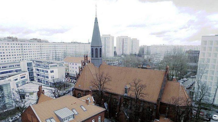 Die St. Mauritius Kirche im Wohngebiet Frankfurter Allee Süd.