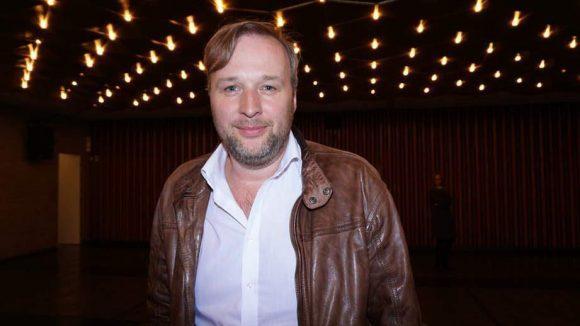 Stephan Grossmann kennt man ebenfalls aus dem TV. Hier in Berlin hat er sich aber vor allem als Schaubühnen-Darsteller einen Namen gemacht.
