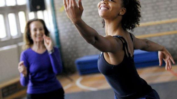 Eine Ballettschülerin in einem Übungsraum der Staatlichen Ballettschule Berlin