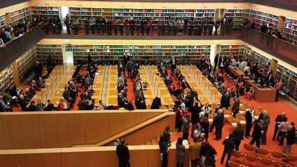 Der neu eröffnete Allgemeine Lesesaal der Staatsbibliothek Unter den Linden dürfte schnell genauso gut gefüllt sein wie bei der feierlichen Eröffnung.