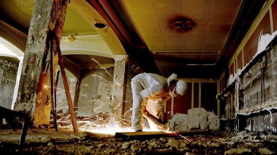 Die Bauarbeiter in der Staatsoper Unter den Linden haben mit maroden Wänden und Decken sowie dem Wasser zu kämpfen.