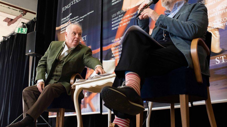 Stellen die Pläne für die neue Saison in der Berliner Staatsoper vor: Generalmusikdirektor Daniel Barenboim und Intendant Jürgen Flimm in rot geringelten Socken.