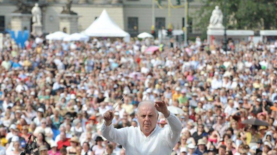 Auch in diesem Jahr werden wieder zehntausende Menschen die Gelegenheit ergreifen, Daniel Barenboim kostenlos live zu erleben.