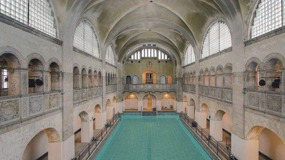 Nun wieder mit Wasser gefüllt: Das denkmalgeschützte Schwimmbecken im Stadtbad Oderberger Straße.