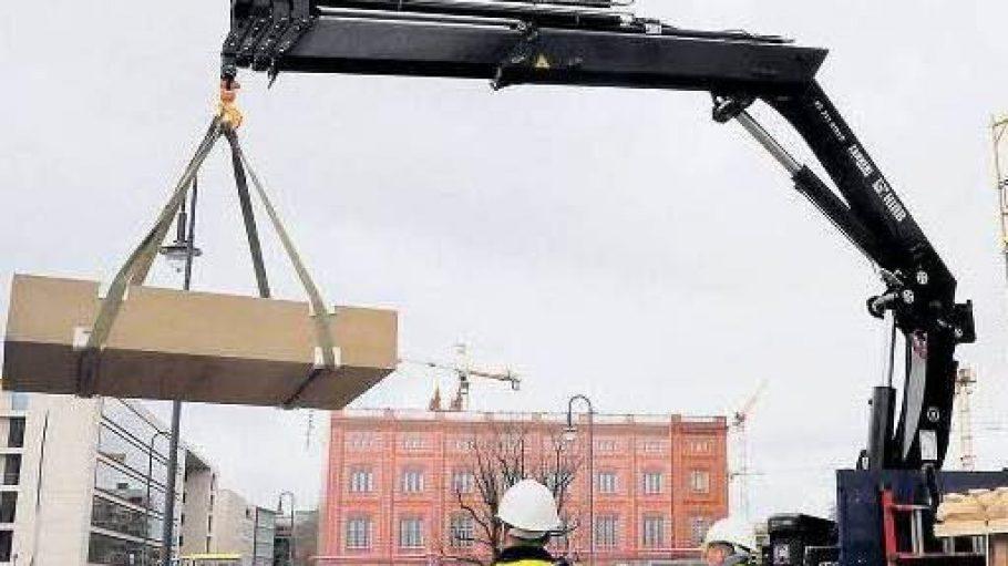 Der erste Sandsteinblock wird vom Lkw gehoben.