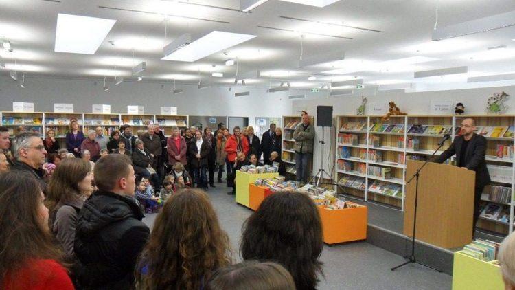 Viele Besucher waren zur Eröffnung der neuen Stadtteilbibliothek Falkenhagener Feld gekommen. Als Redner lobt auch Bezirksstadtrat Carsten-Michael Röding die neue Einrichtung.