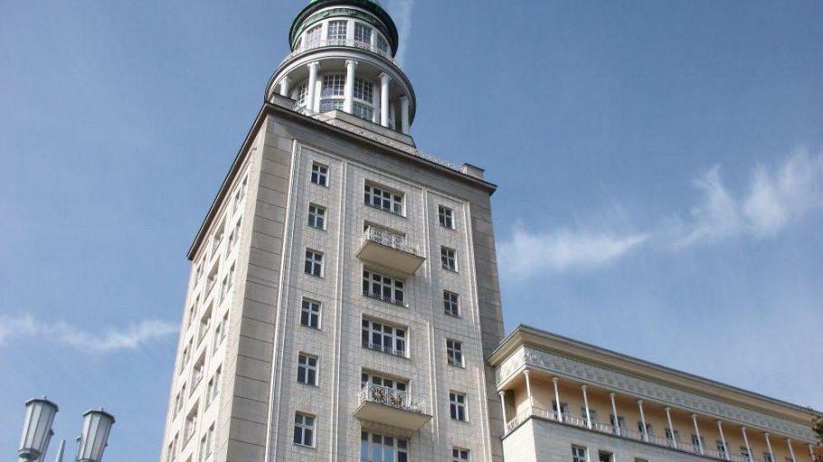 Die Gebäude der Stalinallee wurden im Stil des Sozialistischen Realismus errichtet.