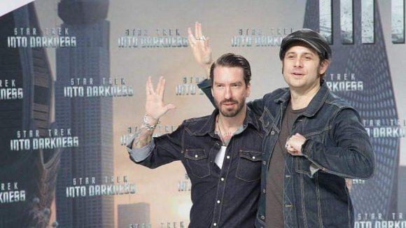 """Die beiden Jungs von Boss Hoss haben das Star Trek-Handzeichen """"Live long and prosper"""" gut geübt."""