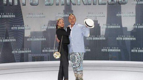 Im bunten Outfit erschien Lou Bega; seine Frau blieb bei schwarz.