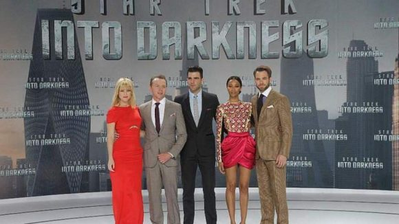 Die Stars des Films vor der Premiere (v.l.): Alice Eve (Dr. Carol Marcus), Simon Pegg (Scotty), Zachary Quinto (Spock), Zoe Saldana (Uhura), Chris Pine (Kirk).