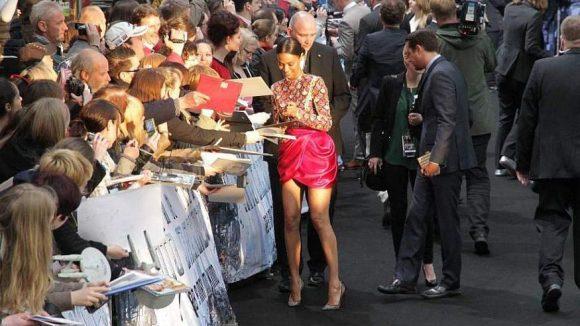 Uhura-Darstellerin Zoe Saldana hatte wie ihre Kollegen auf dem schwarzen Teppich alle Hände voll zu tun.