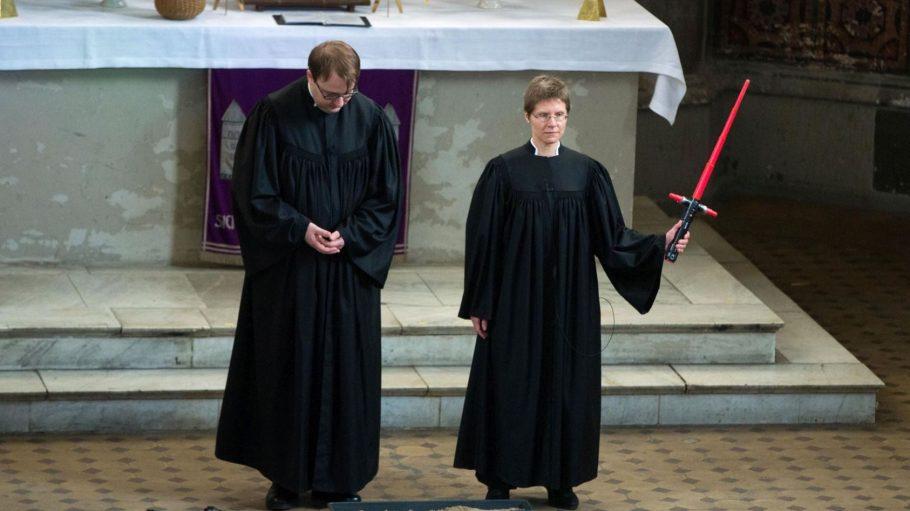 """Was wäre ein """"Star Wars""""-Gottesdienst ohne Laserschwerter - und ohne Vikare? Lucas Ludewig und Ulrike Garve folgerten in ihren Predigten vor allem, dass eine Umkehr zum Guten immer möglich sei."""
