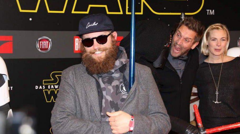 Möchten Laserschwert kaufen? Mc Fitti bei der Star Wars Premiere. Wir verraten dir, wer noch da war.