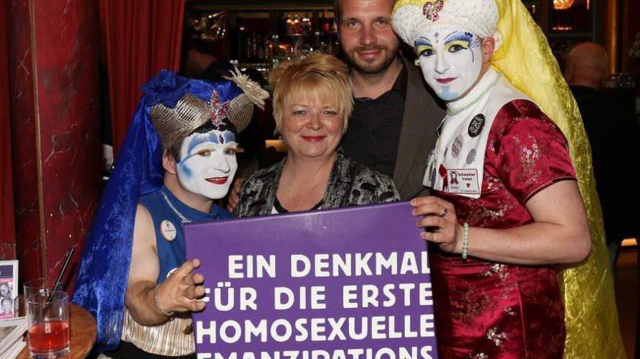 """Die Politiker Mechthild Rawert und Tom Schreiber mit zwei """"Schwestern der Perpetuellen Indulgenz""""."""