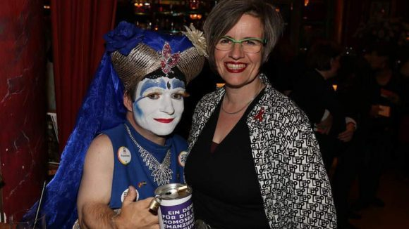 Die Dame links kennen wir ja schon. Rechts daneben: Ute Hiller, Chefin der Berliner AIDS-Hilfe.