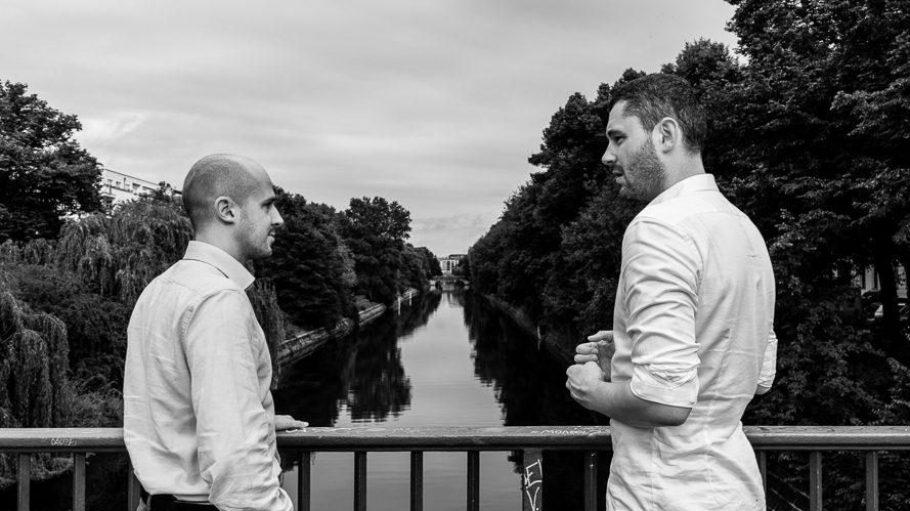 Co-Founder Bernhard Kowatsch und Kopf der ShareTheMeal Inititive, Sebastian Stricker, im Gespräch am Kanal