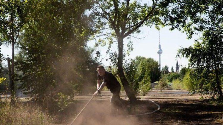 Beispiel Mauerpark: Heute Staub, wo gestern Betonwand war. Drei Kiezanwohner berichten im Talk von ihrem Alltag im Osten.