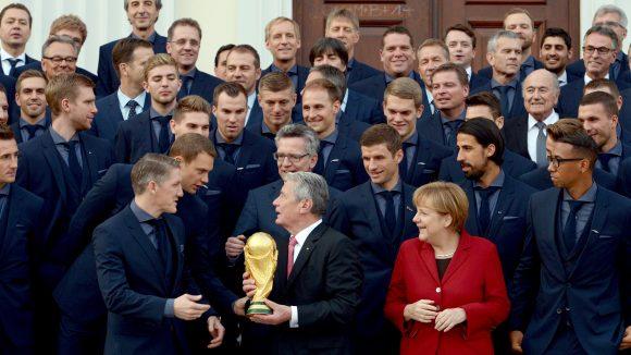 Übrigens: Vor der Filmpremiere konnte die deutsche Fußballnationalmannschaft von Bundespräsident Gauck und Kanzlerin Merkel das Silberne Lorbeerblatt für ihre sportliche Leistung entgegennehmen.