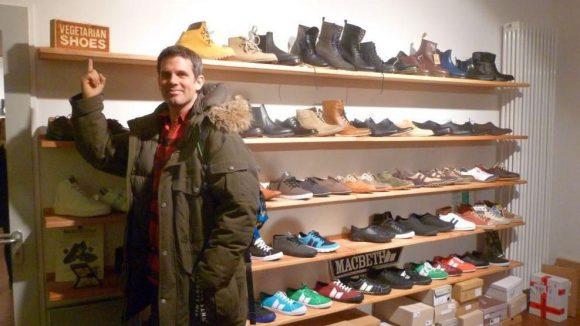 Tier-, menschen- und umweltfreundlich: Der Concept Store DearGoods, ebenfalls auf der Schivelbeiner Straße, hat erst Ende Oktober eröffnet. Ein Laden ganz nach Groths Geschmack, vor allem die Geldbörsen von Matt & Nat haben es ihm angetan.