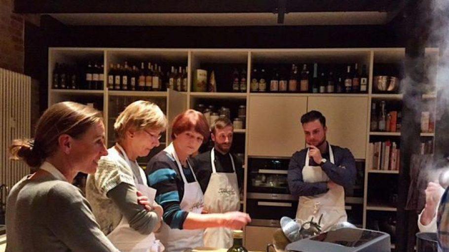 In der Kochschule von Steffi Metz wird gemeinsam gekocht und gegessen.
