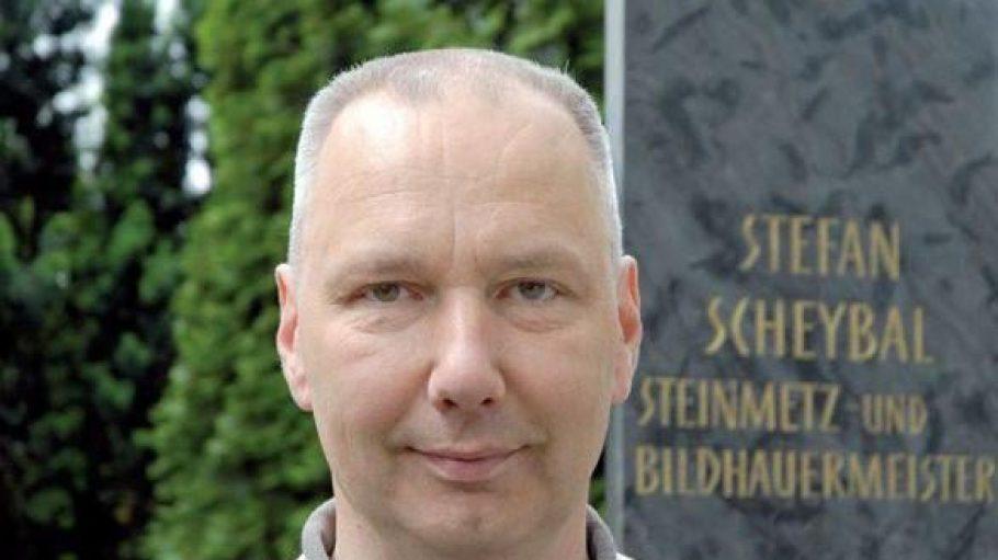 Steinmetz Stefan Scheybal fertigt individuelle Grabsteine.