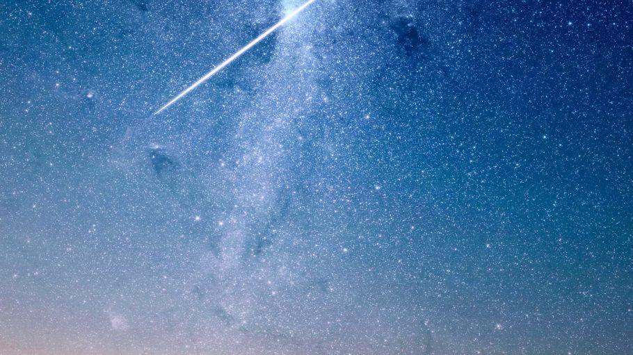 Im August ist Sternschnuppensaison. Auf Bergen, Feldern und im Umland ist das Naturspektakel am besten zu genießen.