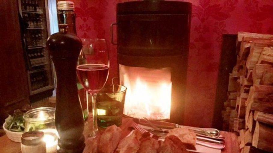 Gemütlich am Kamin sitzen, einen schönen Wein trinken und eine kleine Vorspeise verzehren - so wartet man gerne aufs Essen.