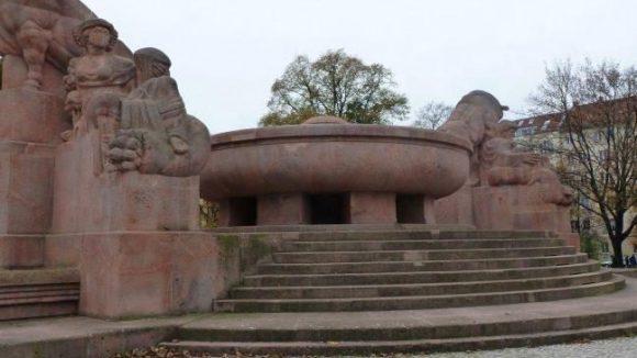 Der Fruchtbarkeitsbrunnen am Arnswalder Platz ist bei den Anwohner allgemein bekannt als Stierbrunnen. Sie wünschen sich, dass durch den defekten Brunnen bald wieder Wasser sprudelt.