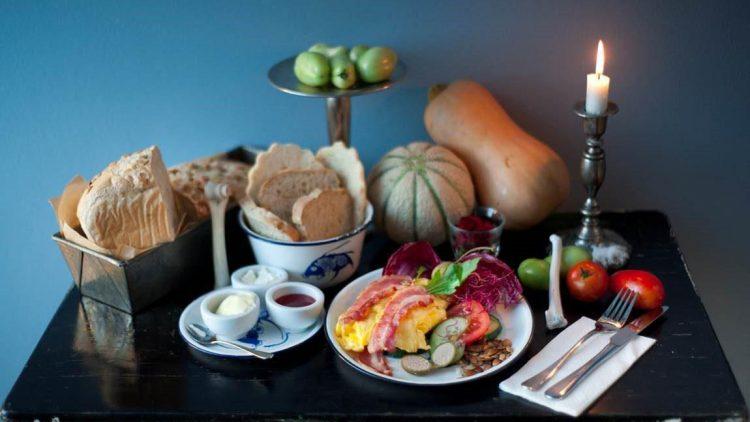 So sieht ein vollwertiges Frühstück aus! Lass dich von den Knochen nicht stören, die sind nur Deko und gehören beim Fellfisch zum Konzept. Direkt nebenan wird daraus Schmuck gefertigt.