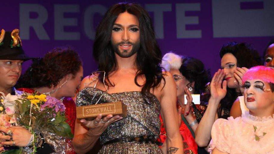 Wir beginnen mit der Stonewall Gala, die am 20. Juni den Auftakt für den diesjährigen CSD bildete. Hier wurde Sängerin und Grand Prix-Gewinnerin Conchita Wurst der Ehrenpreis verliehen ...