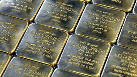 Die Stolpersteine sind Teil eines Projekts des Kölner Künstlers Gunter Demnig. Seit 1995 erinnert Demnig mit den Gedenksteinen an die Opfer des NS-Regimes.