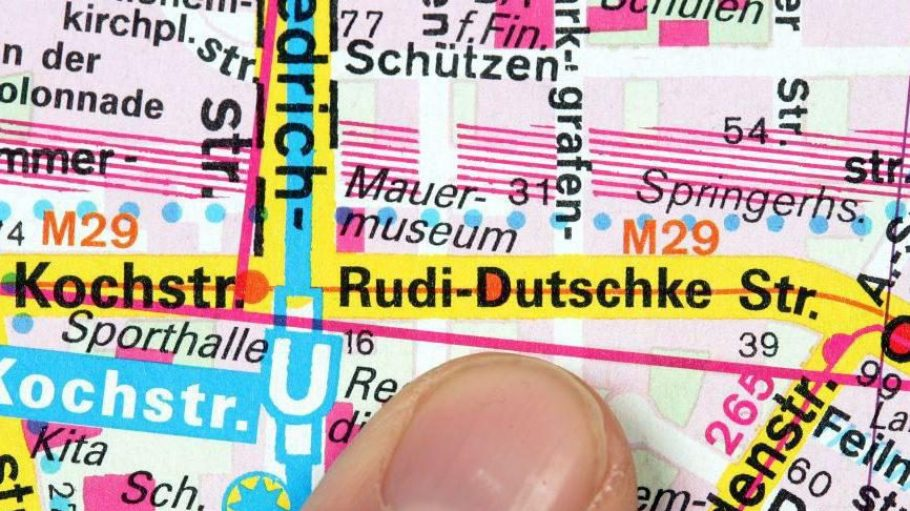 Kreuzberger Rudi-Dutschke-Straße: Die Anwohner sprachen sich gegen die Umbenennung eines Teilstücks der Kochstraße aus, die Teilnehmer eines Bürgerentscheides stimmten aber dafür. Die Straße erhielt 2008 den neuen Namen.