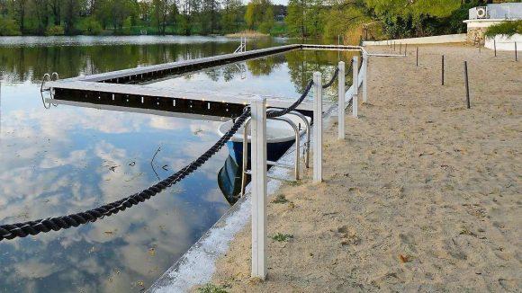 Im Halensee darf man zwar wieder Baden. Publikum gibt es im Strandbad jedoch noch nicht.