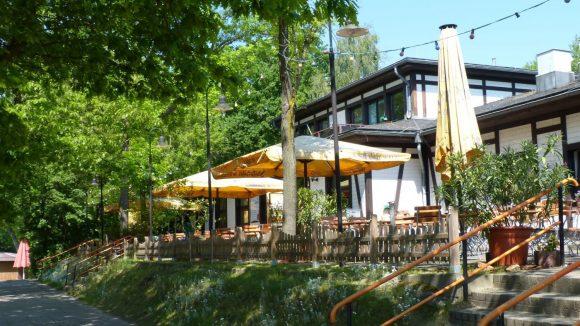 Wem es in der Sonne zu heiß wird, der lässt sich auf der Terrasse des Restaurants nieder und genießt ein kühles Getränk oder stärkt sich bei rustikaler Küche.