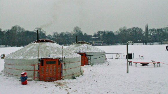Die mongolischen Jurten laden zum Aufwärmen ein.