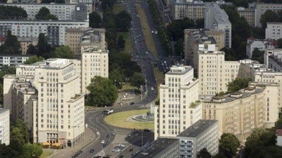 Die Stalinbauten am Prachtboulevard: Der Strausberger Platz von oben.